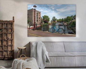 Lagerhaus und Fahrrad an der Brücke der Kleinen Bickersstraat in Amsterdam von Elles Rijsdijk