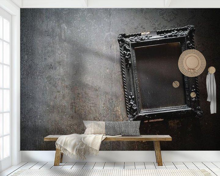 Sfeerimpressie behang: Verbrande Lijst aan de Muur. van Roman Robroek