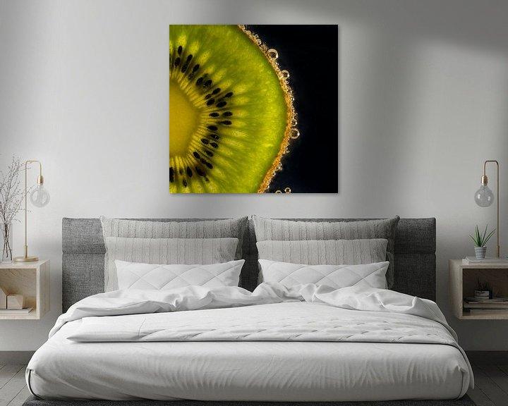 Sfeerimpressie: Schijfje Kiwi in water met bubbels van Erna Böhre