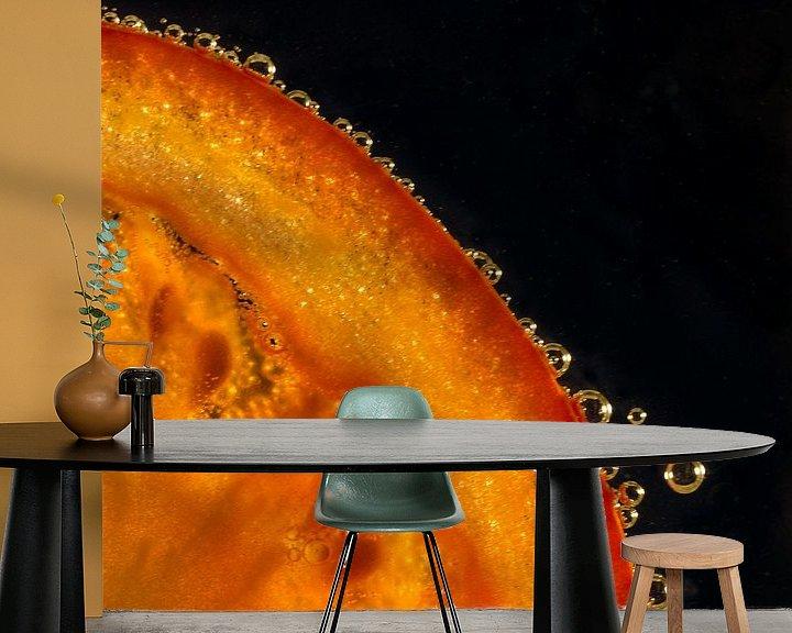 Sfeerimpressie behang: Schijfje tomaat in water met bubbels van Erna Böhre