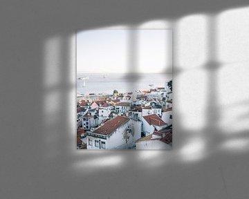Uitzicht over Lissabon ᝢ wit stadszicht reisfotografie Portugal Europe photography print van Hannelore Veelaert
