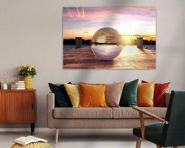 Glazen bol op houten brug in het ochtendlicht van Besa Art