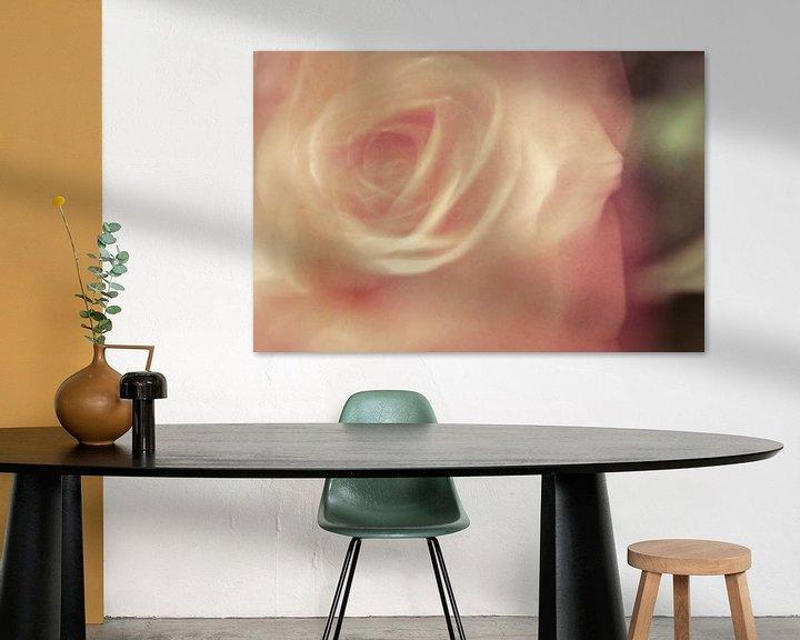 Sfeerimpressie: Een foto met een schilderachtige uitstraling van een roos van Erna Böhre