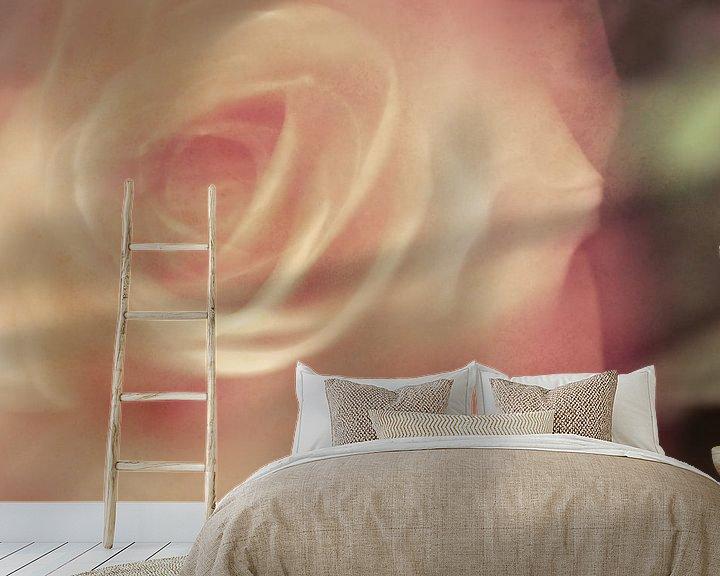 Sfeerimpressie behang: Een foto met een schilderachtige uitstraling van een roos van Erna Böhre