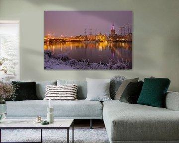 Skyline van de stad Kampen tijdens een mistige winternacht van Sjoerd van der Wal