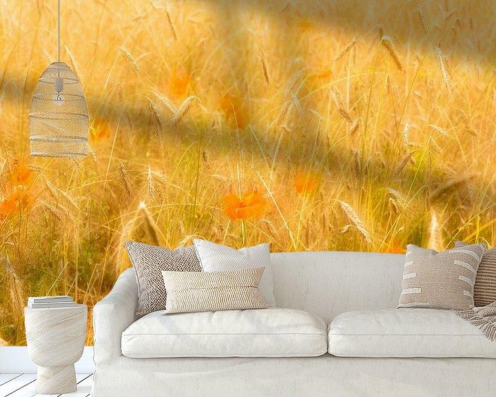 Sfeerimpressie behang: Klaprozen in een korenveld op een zomerse dag van Erna Böhre