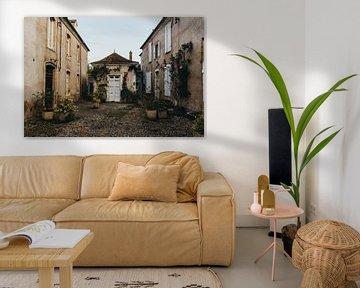 Rustieke binnenplaats bij chateau in Zuid-Frankrijk van Vandaag is nu