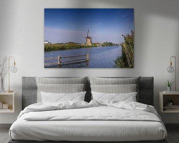 Aan de waterkant staat een molen van Lieke van Grinsven van Aarle