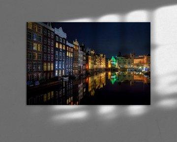 Reflecties op het Damrak in Amsterdam van Roy Poots