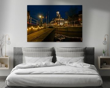 Historisches Rathaus von Dokkum in den Niederlanden bei Nacht von Nisangha Masselink
