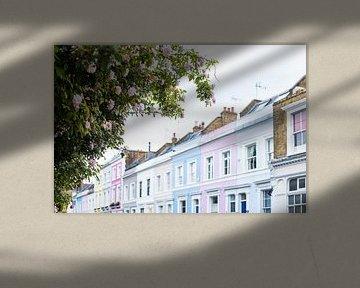Bunte Häuser mit rosa Rosen von Angeline Dobber