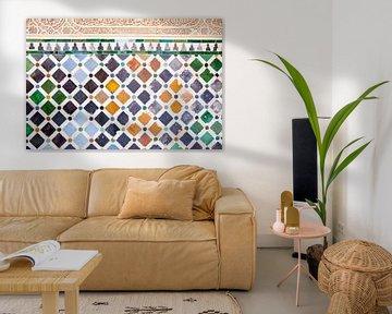 Wand met gekleurde Moorse tegels in Granada van Angeline Dobber