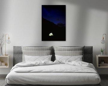 Een tent verlicht onder een sterrenhemel van Moniek Kuipers