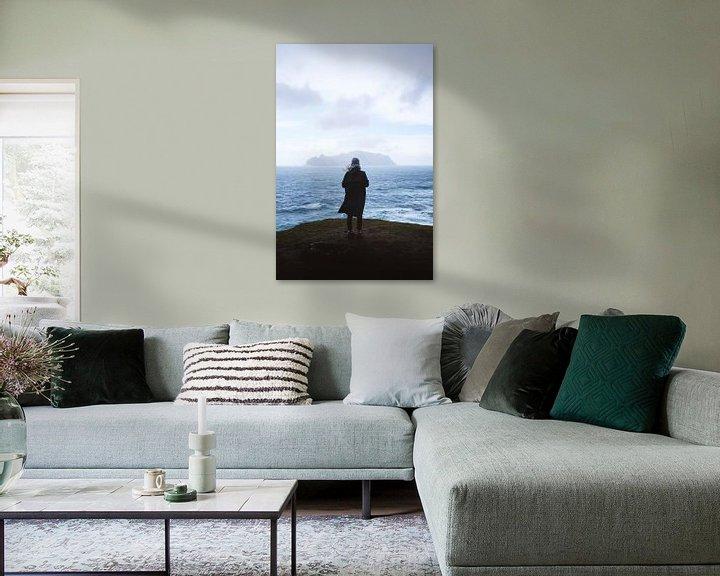 Impression: Une femme surplombe la mer agitée sur Moniek Kuipers