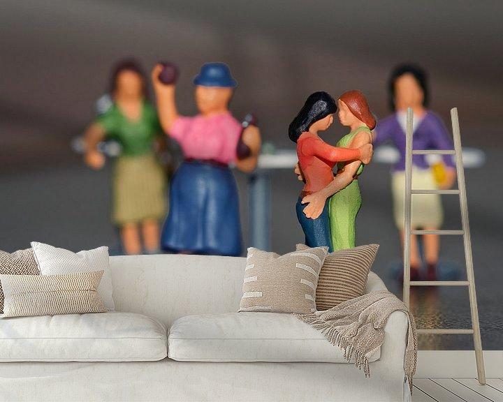 Sfeerimpressie behang: Miniaturen, de liefde bij een dansend dameskoppel van J..M de Jong-Jansen