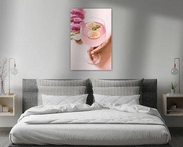 SF 12488226 Vrouw met roze cocktail en vijgen van BeeldigBeeld Food & Lifestyle