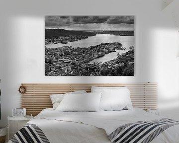 Die Stadt Bergen in Schwarz und Weiß, Norwegen von Henk Meijer Photography