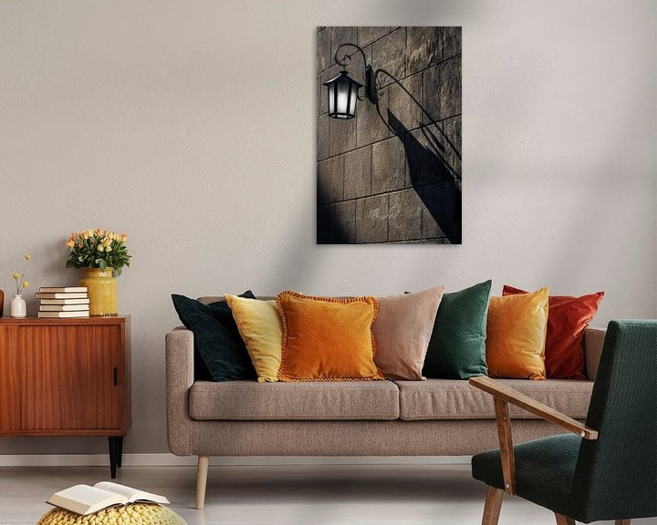 Sfeerimpressie: Oude metalen lantaarn met schaduw van Jan van Dasler