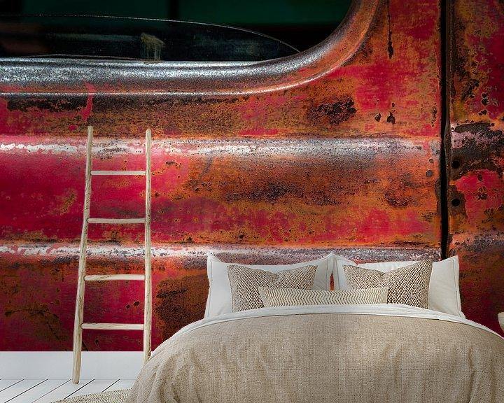 Sfeerimpressie behang: Oude verroeste deur van een Pick-Up Truck van Jan van Dasler