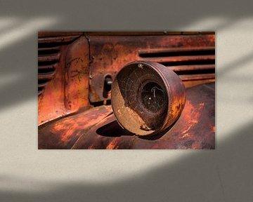 Oude verroeste koplamp van een Pick-Up Truck.