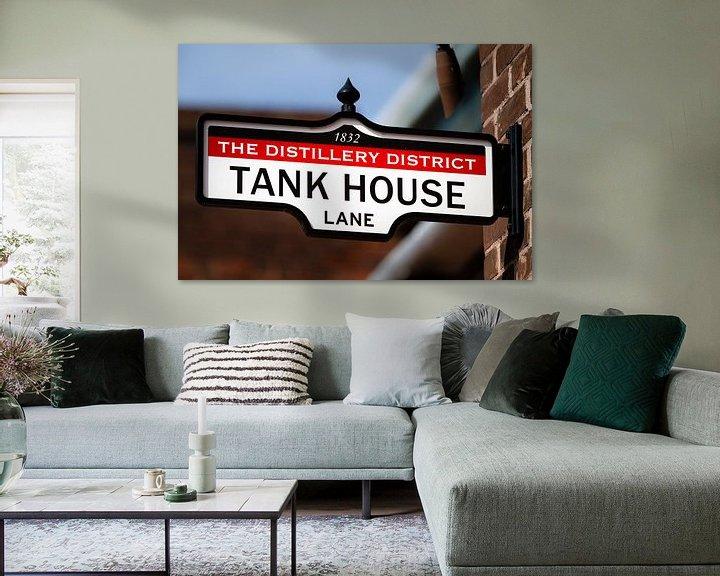 Sfeerimpressie: Uithangbord met tekst Tank House Lane van Jan van Dasler