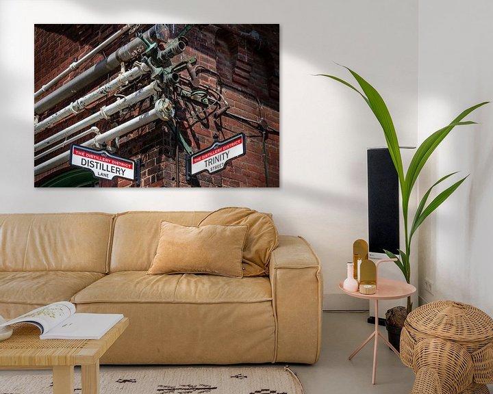 Impression: Des tuyaux métalliques sur un vieux mur sur Jan van Dasler