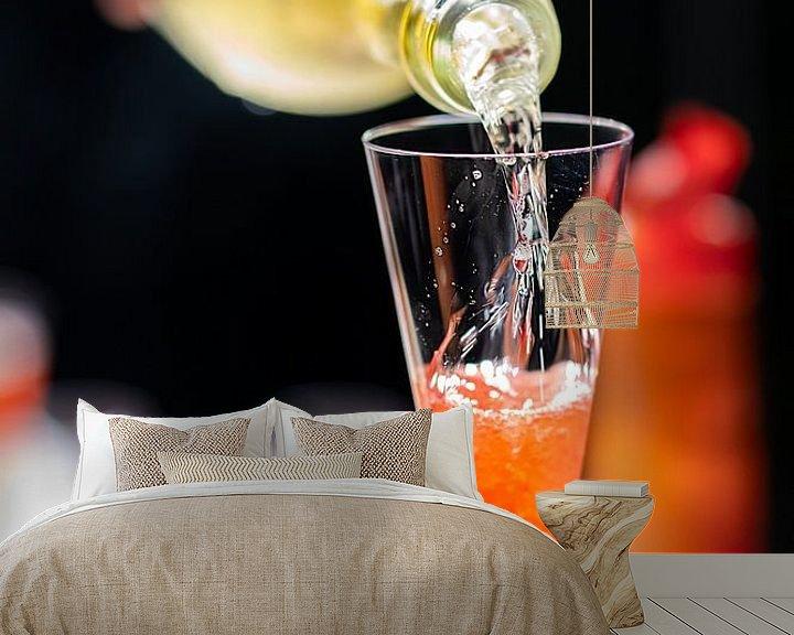 Sfeerimpressie behang: Champagne rode cocktail op een bar. van Jan van Dasler