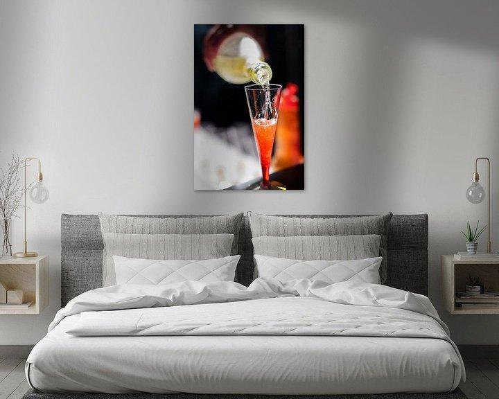 Sfeerimpressie: Champagne rode cocktail op een bar. van Jan van Dasler