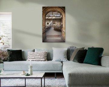 Blick auf den Saal in einem verlassenen Schloss.