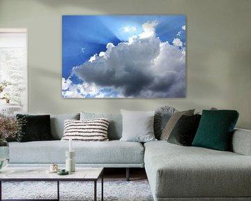Zon straalt scherp langs de wolken. von Fabian Engelsman