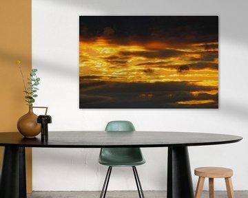 Prachtige zonsondergang door de wolken. von Fabian Engelsman