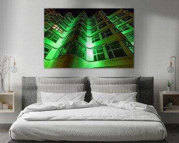 Façade éclairée en vert