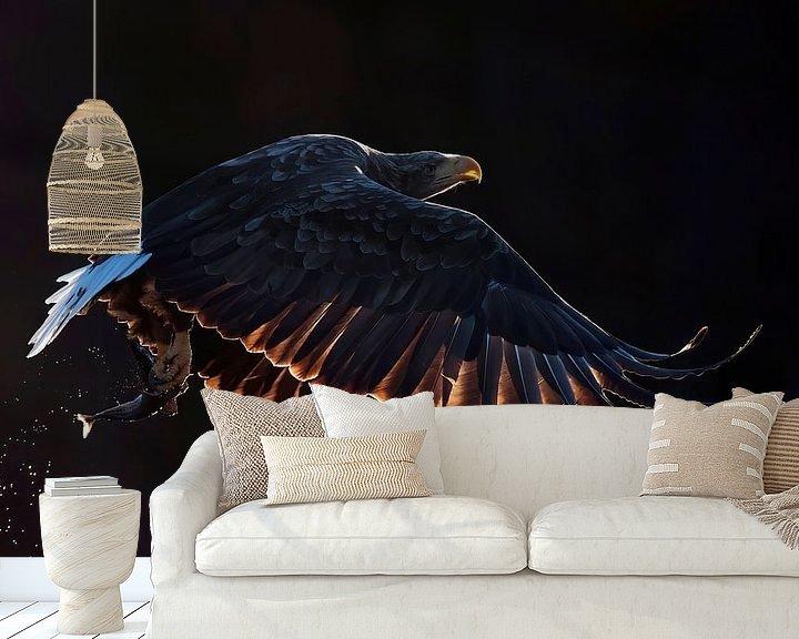 Sfeerimpressie behang: Vliegende  Zeearend (Haliaeetus albicilla) van Beschermingswerk voor aan uw muur