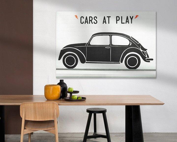 Sfeerimpressie: Zwarte Volkswagen Kever op witte muur van Jan van Dasler
