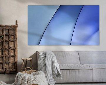 Monochrome Krümmungen in blauem Licht von Frank Heinz