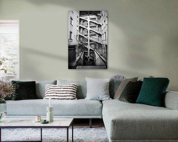 Treppenhaus in einem Treppenhaus im alten Lyon, schwarz-weiß, Fotodruck von Manja Herrebrugh - Outdoor by Manja