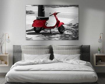 roter Motorroller am Straßenrand von Heiko Kueverling