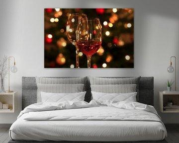 Des verres à vin devant le sapin de Noël sur Thomas Jäger