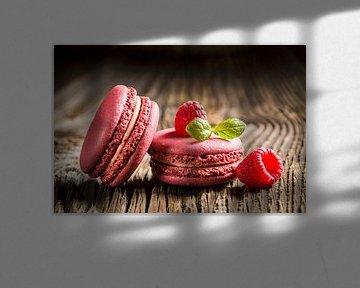 SF 11971141 Frambozen makarons op een houten tafel van BeeldigBeeld Food & Lifestyle