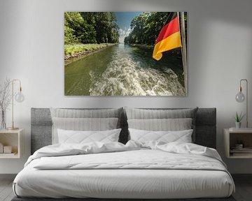 Aandrijfas van een boot op een kanaaldoorgang met zwaaiende Duitse vlag van Hans-Jürgen Janda