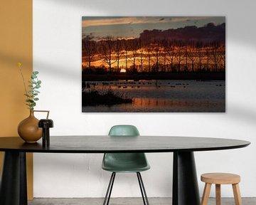 Zonsondergang met grote donkere wolken, en reflecties in het water van Anne Ponsen