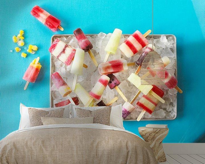 Sfeerimpressie behang: SF 11265630 Zelfgemaakte ijslolly's op dienblad van BeeldigBeeld Food & Lifestyle