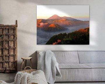 Prachtige zonsopgang bij de vulkaan Mount Bromo op Java van Thomas Zacharias
