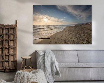 Zonsondergang op uitgestorven strand bij Viareggio in Italie van Joost Adriaanse