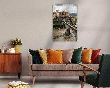 Castelnuovo di Garfagnana in de Toscane in Italie tijdens slecht weer en donkere wolken van Joost Adriaanse