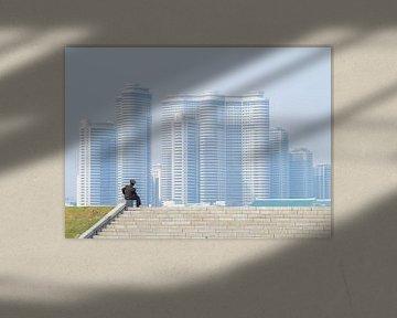 Soldaat geniet van het uitzicht over Pyongyang, Noord Korea van Teun Janssen