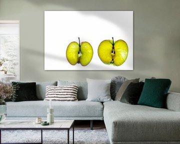 Schijfjes groene appel geïsoleerd op een witte achtergrond. van Carola Schellekens