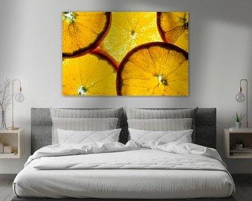 Schijfje sinaasappel geïsoleerd op een witte achtergrond. van Carola Schellekens
