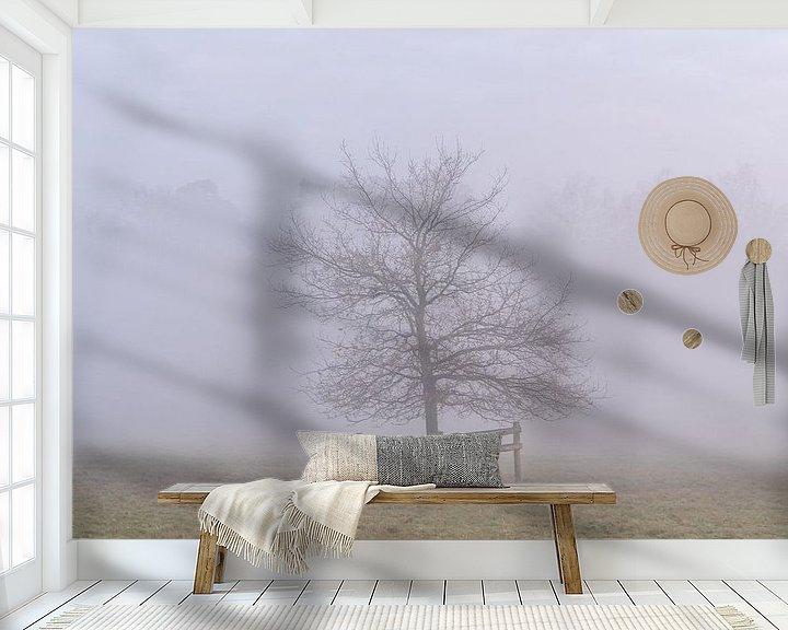 Sfeerimpressie behang: Boom in de mist van Margreet Riedstra