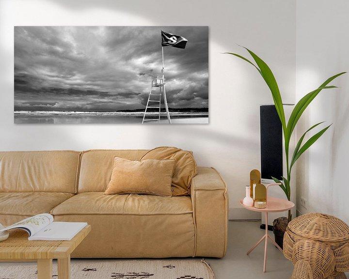Sfeerimpressie: Strand met naderende storm (zwart-wit) van Rob Blok